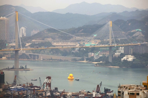florentijn-hofmans-giant-inflatable-rubber-duck-floats-to-hong-kong-2