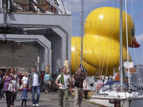 Rubber Duck Kaohsiung (Florentijn Hofman,  2013 26 x 20 x 32 meters Inflatable, pontoon and generators)