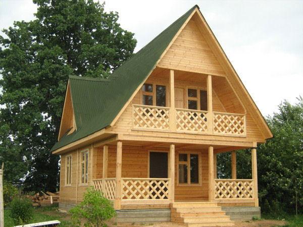 Дачный дом с балконом.