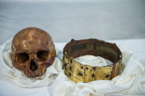 The skull and crown from a different angle