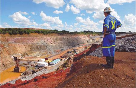 A supervisor overlooks Metorox's Chibuluma copper mine, near Kitwe, Zambia (image from Chinadaily)