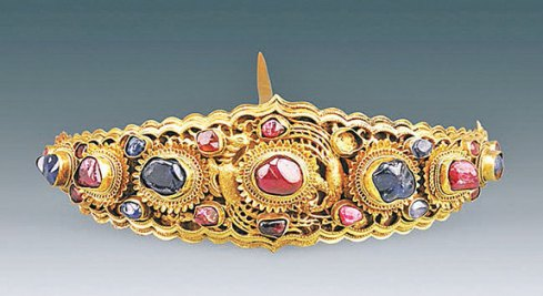 Gold hairpiece with a mix of sapphires and rubies