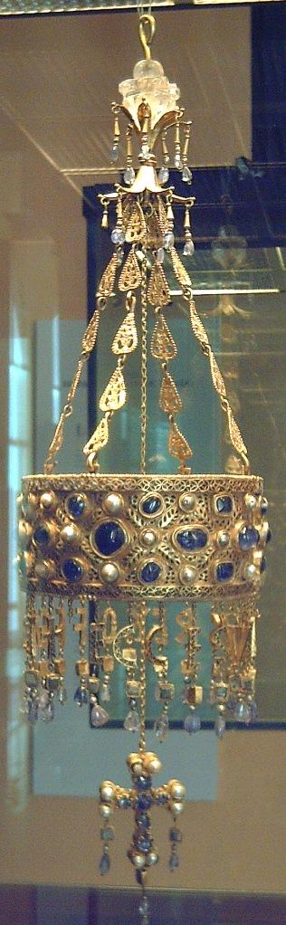 Corona votiva de Recesvinto. Parte del Tesoro de Guarrazar. Museo Arqueológico Nacional de España, Madrid.