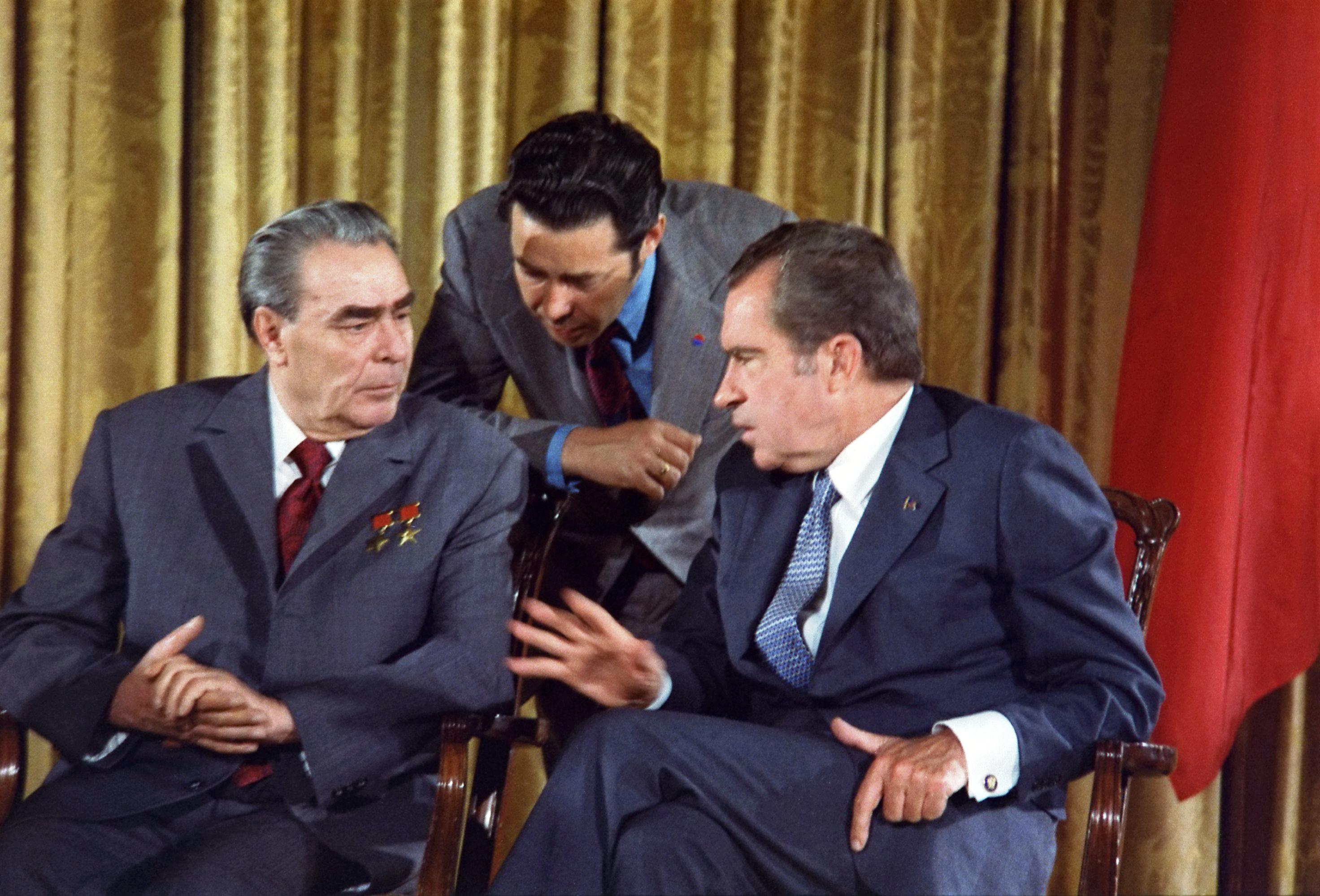 Leonid_Brezhnev_and_Richard_Nixon_talks_in_1973.png