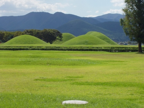 Burial-Mounds-at-GyeongJu.jpg
