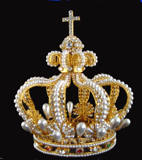7fa4665b4e3613cbdcb08c3043692ad3--royal-crowns-royal-jewels.jpg