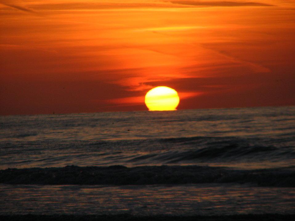 17842-sun-setting-over-the-ocean-pv.jpg