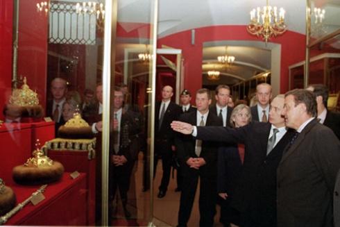 Vladimir_Putin_with_Gerhard_Schroeder-17.jpg