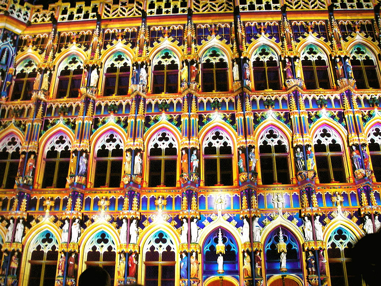 1280px-Leuven_city_hall,_lit_up.jpg