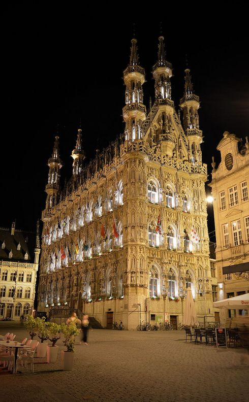 Leuven_City_Hall,_looking_up_from_base_at_night.jpg