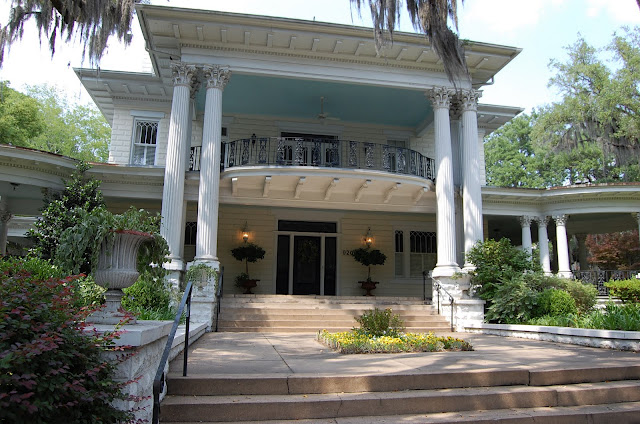 Savannah-House-with-Haint-Blue-Ceiling