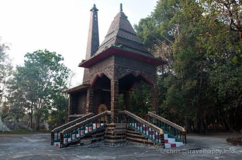 beer-bottle-temple-wat-lan-khuat-sisaket-thailand-257-560x560.jpg