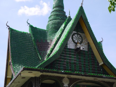 Unique-Bottle-Recycling-Building-a-Thai-Temple-from-One-Million-Bottles-Homesthetics-6.jpg