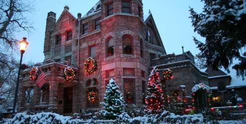Castle-Marne-Outdoor-Antique-Christmas-Lights-and-Wreaths-1440x727.jpg